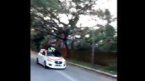 Drama Oknum TNI dan Polantas Gowa di Atap Mobil