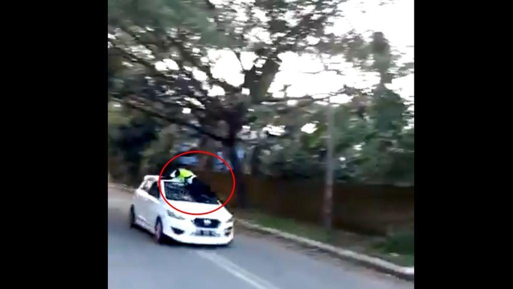 Mirip Film Fast and Furious! Polisi Ditabrak Hingga Naik Atap Mobil