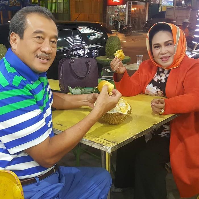Lewat instagram pribadinya @hke57, perempuan yang akrab disapa Bunda ini sering membagikan momen makannya. Kalau ini saat ia dan suami asyik menikmati durian Ucok di Medan. Duh enaknya! Foto: instagram @hke57