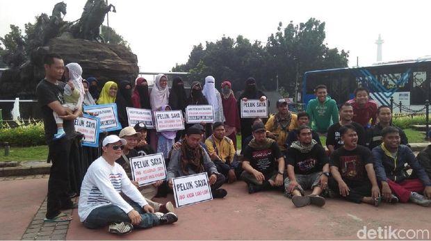 Saat Wanita Bercadar Aksi 'Peluk Saya' untuk Hilangkan Islamofobia