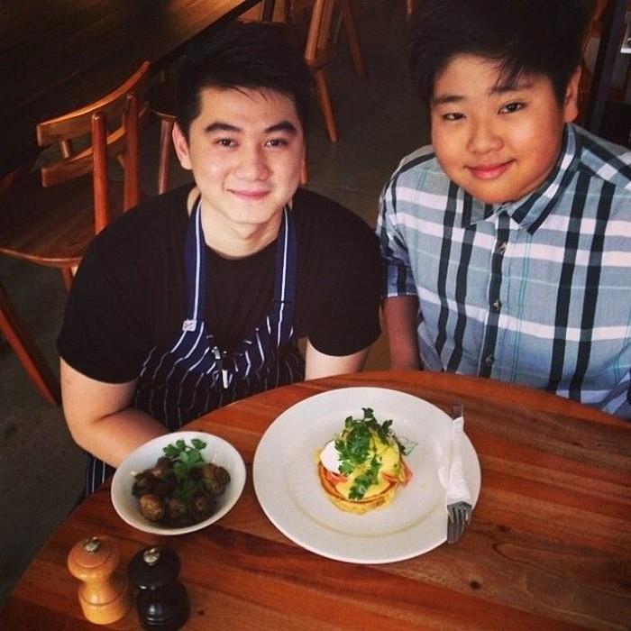 Bersama chef cilik Revo, Arnold purnomo pun terlihat berfoto dengan sajian enak. Kira-kira makanan di atas meja ini siapa yang membuat ya? Foto: Instagram @arnoldpo
