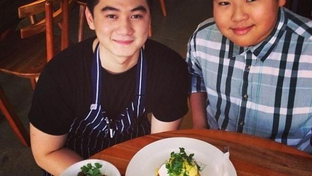 Bikin Gagal Fokus, 10 Pose Chef Arnold Poernomo Saat Sedang Masak hingga Makan Es Krim