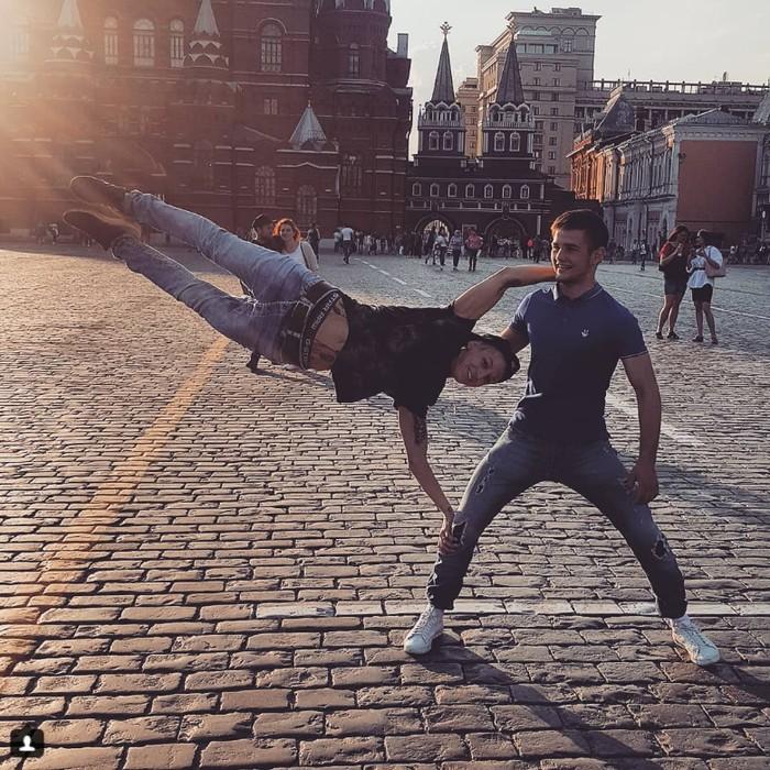 Canggih! Wanita ini menggunakan tubuh teman prianya sebagai tiang untuk gerakan human flag. (Foto: instagram/its_hemmer_time)