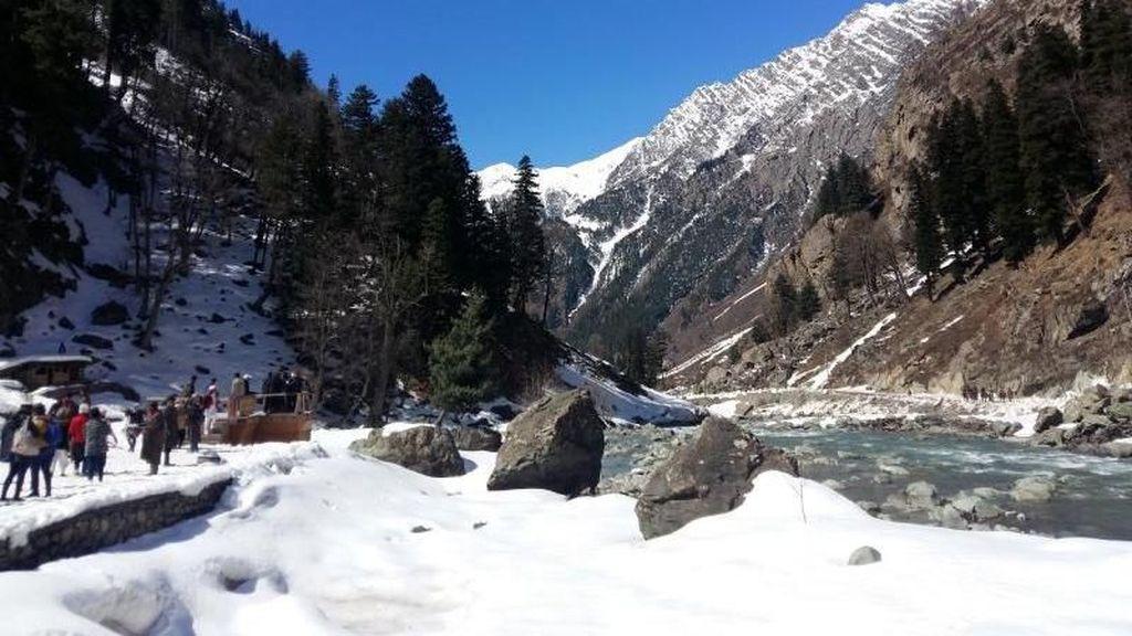 Dingin-dingin Main Salju di India
