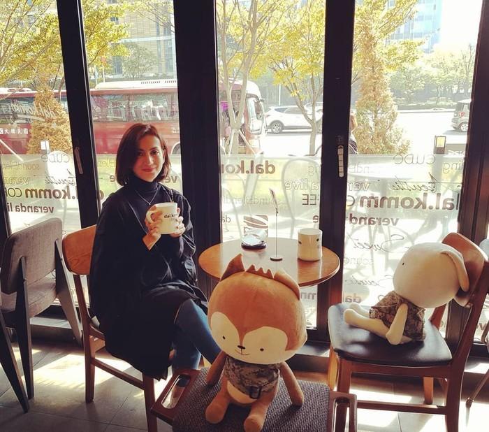 Wanda Hamidah merupakan politisi berparas cantik yang aktif dalam berbagai kegiatan. Disela-sela kesibukannya ia kerap membagikan momen makan ebrsama dengan suami dan keluarga. Foto: Instagram @wanda_hamidah