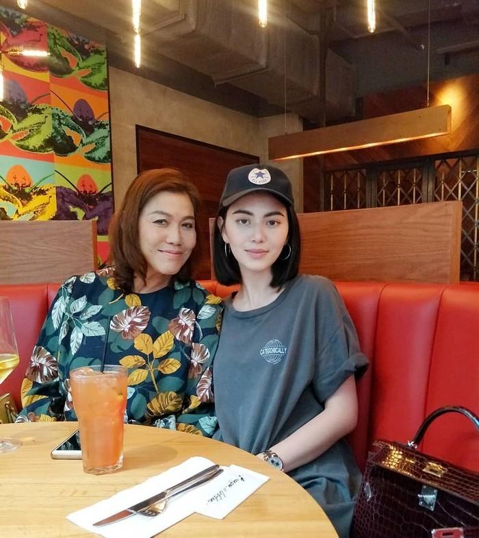 Aktris cantik dari Thailand ini sedang makan berdua sang ibu. Terlihat segelas es segar di hadapannya. Sama-sama cantik ya? Foto: Instagram davikah