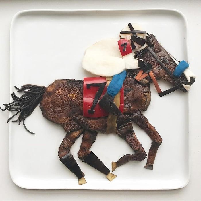 Karya-karya Harley cukup beragam. Ada tokoh, selebriti, karakter kartun, hingga hewan. Ini karyanya ketika membuat kuda dari jamur portobello, kacang hitam, spaghetti hitam, dan kentang tumbuk. Foto: Instagram @harleysfood_art