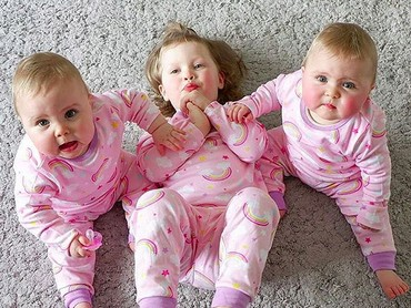 Pakai piyama kembaran, Bella, Ava, dan Lyla makin nggemesin. (Foto: Instagram/ @daughtersanddreams)