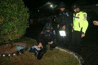 Polisi membongkar tas mencurigakan di Garut