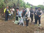 Dua Wanita Terisak di Depan Makam Terduga Teroris