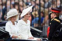 Kate Middleton duduk bersama Camila di kereta kuda.