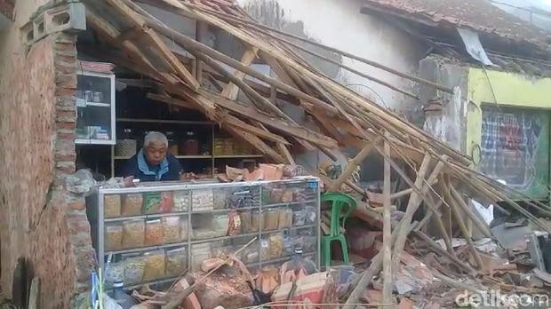 Rumah rusak akibat ditabrak truk