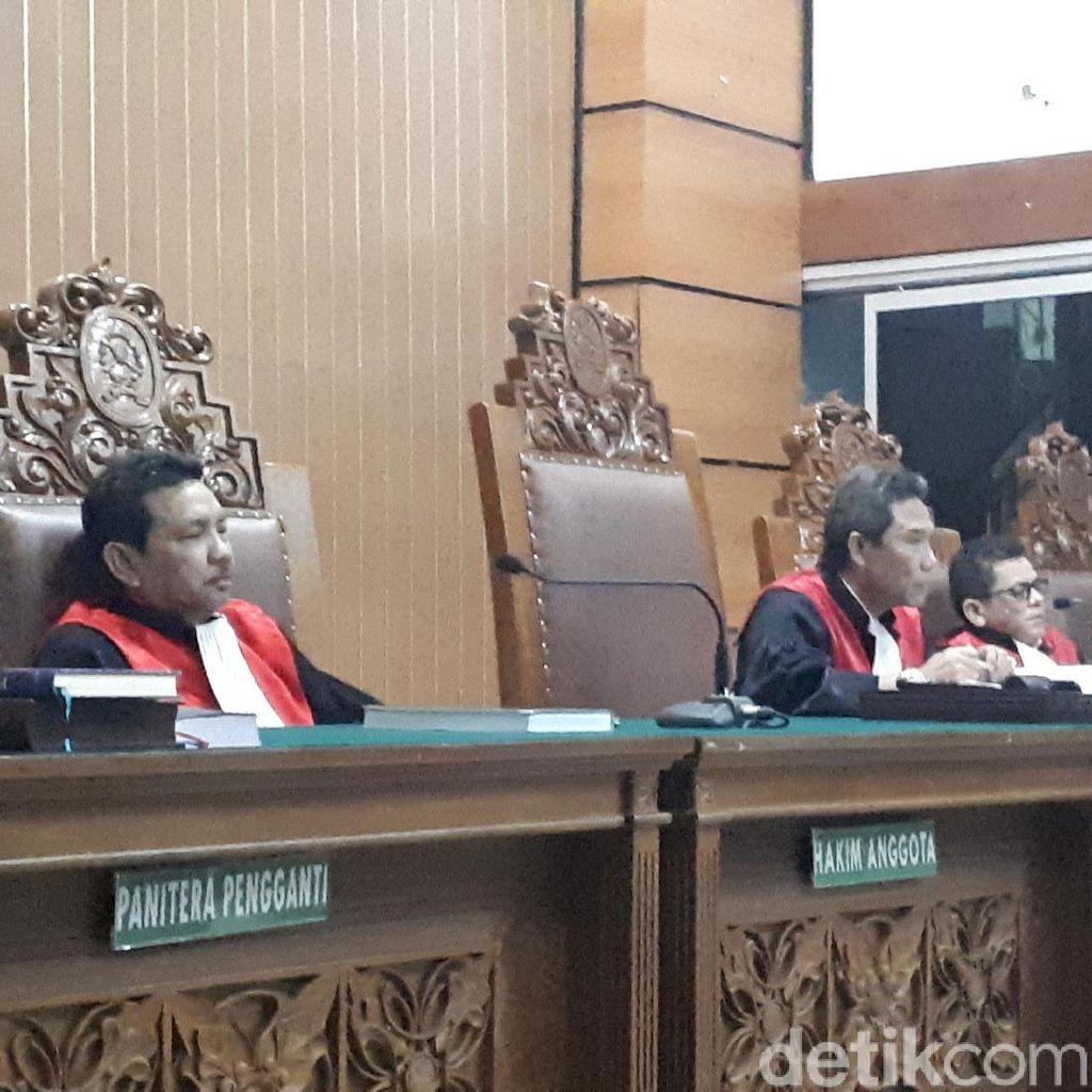 Hakim Tegur Pengunjung Sidang Ahmad Dhani yang Menganggu
