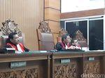 Hakim Tegur Pengunjung Sidang Ahmad Dhani yang Mengganggu
