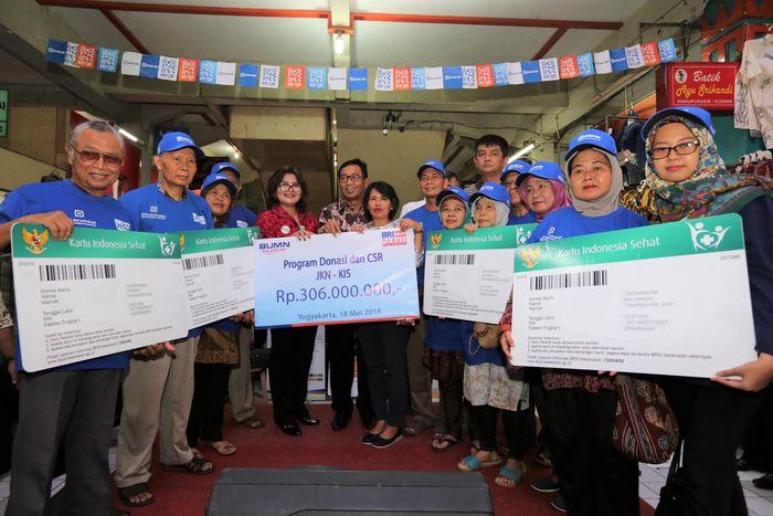 Bekerja sama dengan BPJS Kesehatan, BRI menggratiskan 1.000 pedagang di Pasar Beringharjo selama satu tahun menggunakan alokasi dana CSR BRI (BRI Peduli) sebesar Rp 306 juta. Foto: dok. BRI