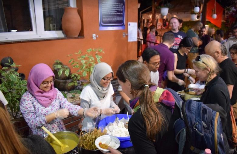 Mahasiswa RI di Polandia Kenalkan Ramadan & Kuliner Nusantara
