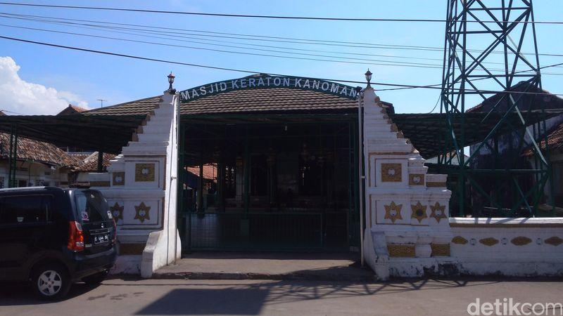Masjid Keraton Kanoman Cirebon yang berada di kompleks keraton. Lokasinya persis di belakang Pasar Kanoman Cirebon, Kelurahan Pekalipan, Kecamatan Pekalipan, Kota Cirebon, Jawa Barat. (Sudirman Wamad/detikTravel)
