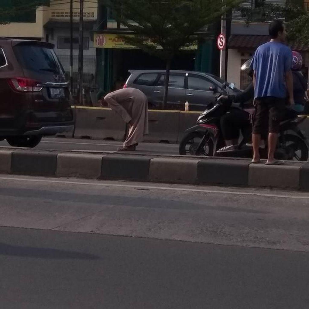 Pria Salat di Tengah Jalan: Stres karena Cinta Beda Agama