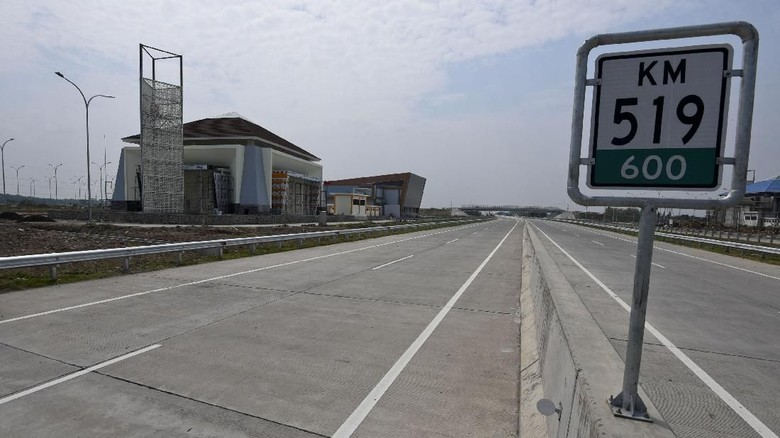 Proyek pembangunan Rest Area KM 519 di jalan Tol Solo-Kertosono di Sragen, Jawa Tengah, Minggu (20/5). Jalan Tol Solo-Kertosono ruas Kartosuro-Sragen sepanjang 36 kilometer akan beroperasi jelang mudik Lebaran 2018 sedangkan seksi Sragen-Ngawi akan dibuka secara fungsional. ANTARA FOTO/Hafidz Mubarak A/ama/18