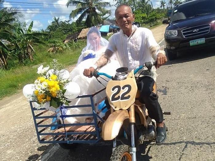 Foto Viral Pengantin Wanita Dibonceng Ayah Naik Motor yang Menyentuh Netizen. Foto: Facebook