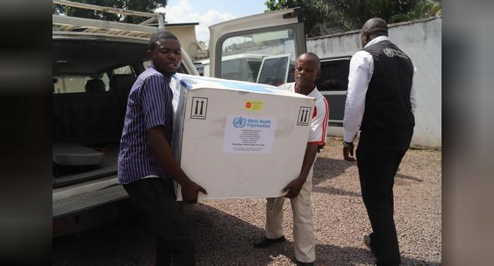 Menteri Kesehatan Republik Demokratik Kongo mengangkut batch pertama vaksin Ebola pemberian WHO. (Foto:REUTERS/Kenny Katombe/File Photo)