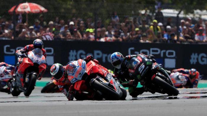 Zarco sempat menguntut Lorenzo untuk merebut posisi terdepan di MotoGP Prancis 2018. (Foto: Gonzalo Fuentes/REUTERS)