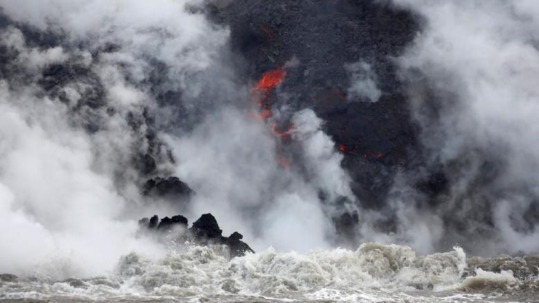 Saat Panasnya Lava Gunung Kilauea Bertemu Dinginnya Laut Pasifik