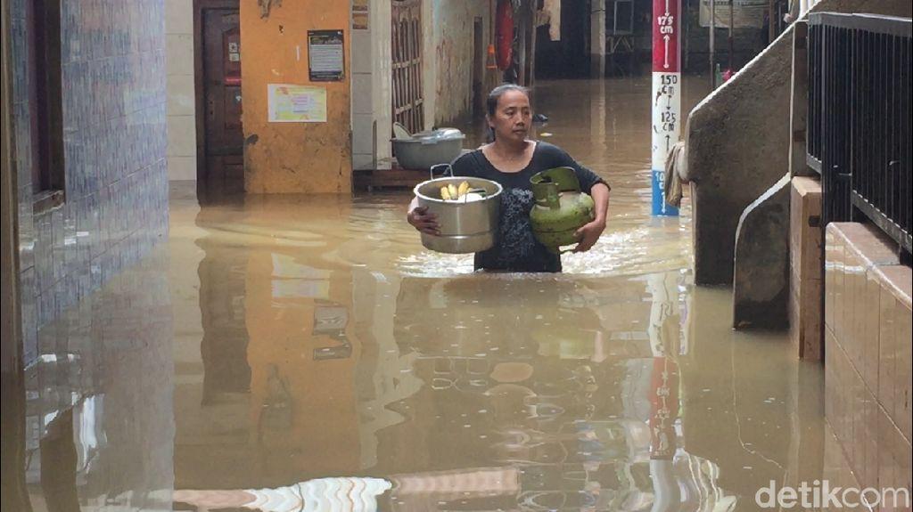 Kali Ciliwung Meluap, Kampung Melayu Direndam Banjir 1 Meter