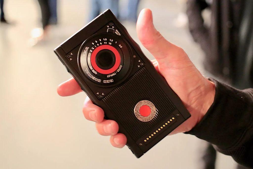 Ponsel pertama yang dibuat produsen pembuat kamera RED.Foto: The Verge/Dieter Bohn