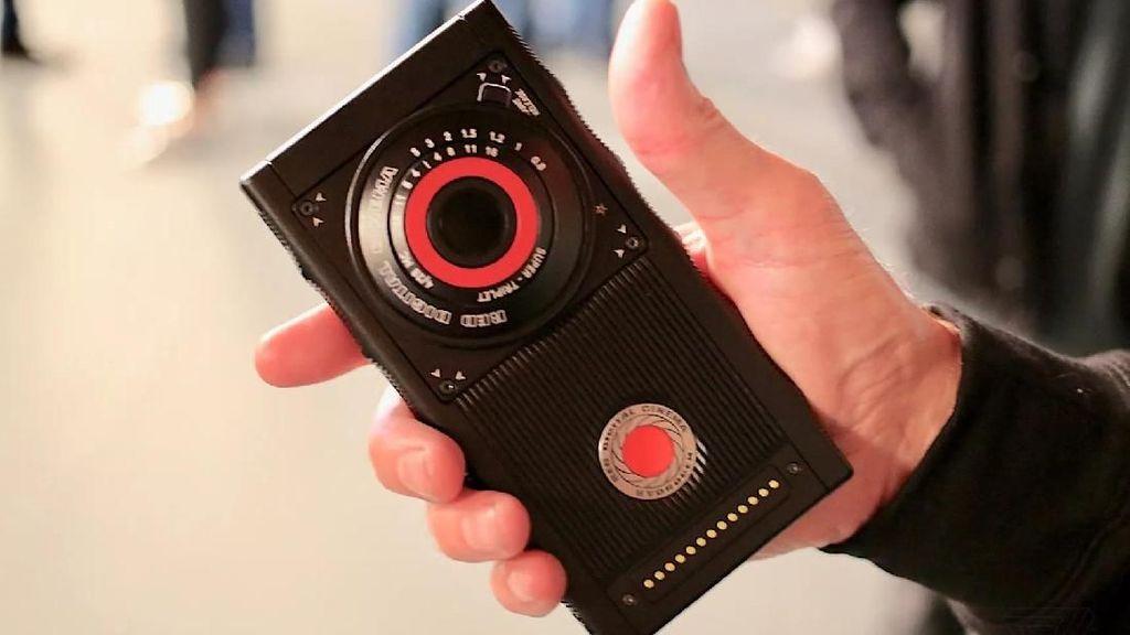 Penampakan Smartphone Hologram Pertama di Dunia