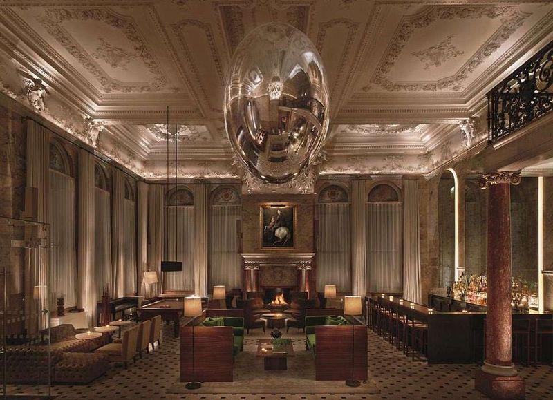 Pertama ada Edition Hotels di London, Inggris. Lobi hotelnya dibuat bergaya Georgian dengan nuansa yang temaram dan misterius (London EDITION)
