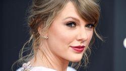 Berduet dengan Bryan Adams, Taylor Swift Bawakan Lagu Kesukaan