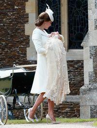 Ini pertama kalinya Kate Middleton terlihat mengenakan coat dress cantik ini.