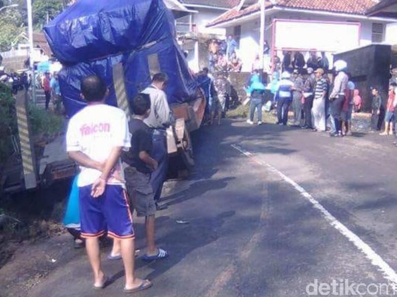 Truk Terperosok di Jalan Pangalengan, Arus Lalin Sempat Lumpuh Total