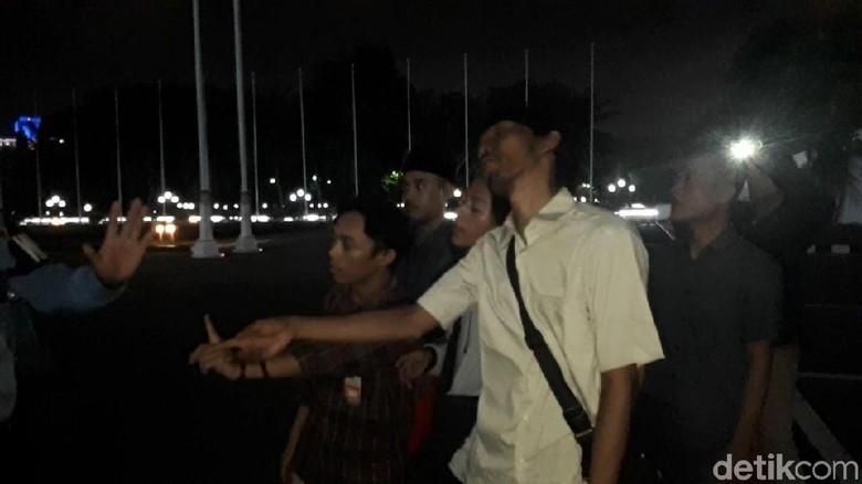 Pamdal Hadang Pendemo Nyelonong Masuk Gedung DPR