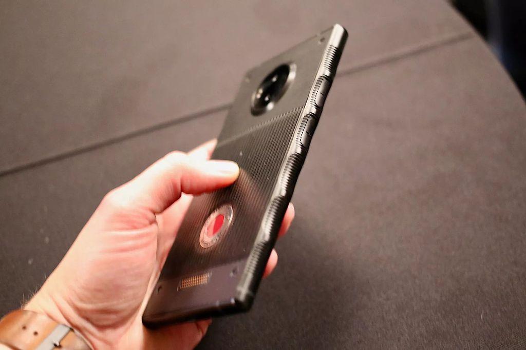 RED Hydrogen One akan mulai dijual AT&T dan Verizon akhir tahun ini. Foto: The Verge/Dieter Bohn