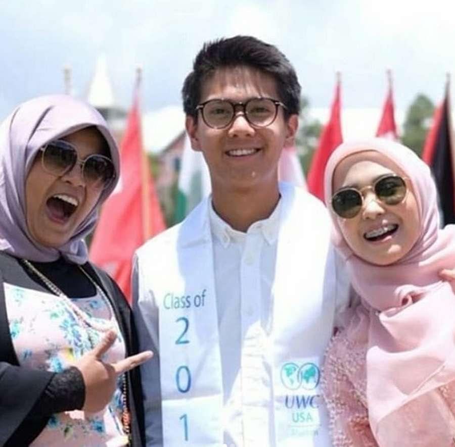 Happy Graduation! Bahagianya Iqbaal Ramadhan Lulus SMA