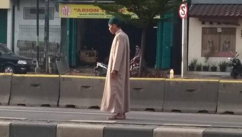 Pria Bergamis yang Salat di Tengah Jalan Marah Saat Divideokan