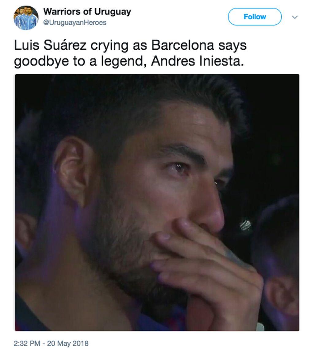 Luis Suarez pun tampak terharu melepas Iniesta. Foto: istimewa