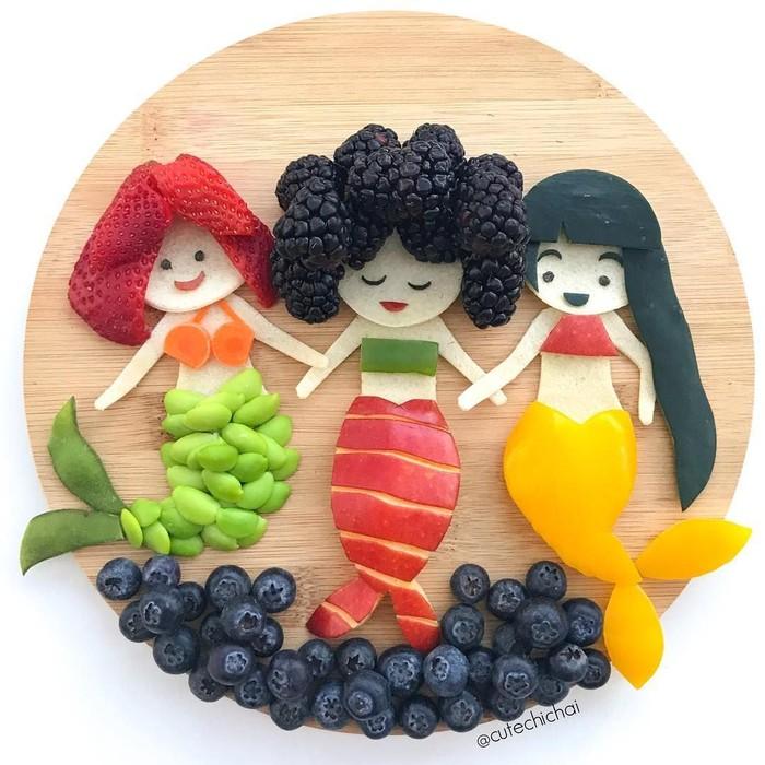Michaela sepertinya dianugrahi pemikiran kreatif dan tangan yang ajaib. Pasalnya ia bisa mengubah buah jadi bentuk tiga putri duyung lucu ini. Ia hanya menggunakan buah apel, strawberry hingga blueberry.Foto: Instagram @cutechichai