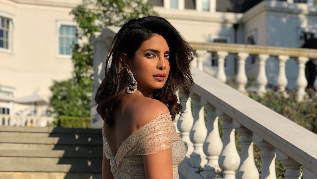 Priyanka Chopra Tampil Glamour di Resepsi Pernikahan Pangeran Harry