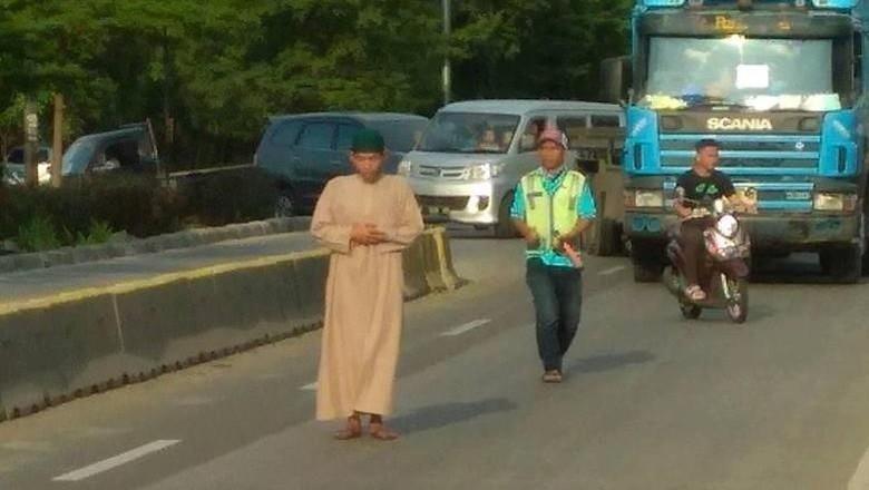 Pria yang Salat di Tengah Jalan Bentak Warga: Jangan Divideoin!