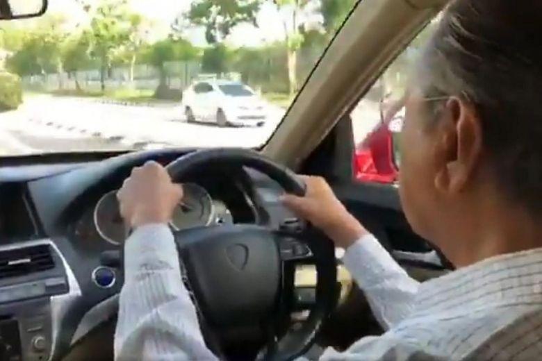 Mahathir Mohamad Nyetir Mobil. Foto: Twitter/ Firdaus Abdullah