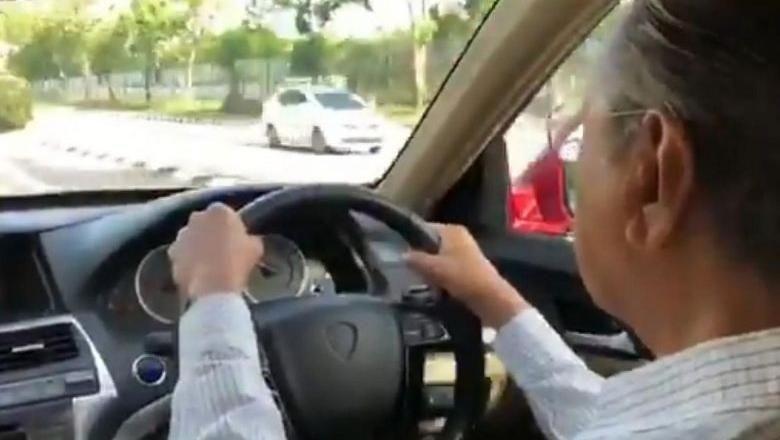 Mahathir Mohamad Nyetir Mobil sendiri (Foto: Twitter/ Firdaus Abdullah)