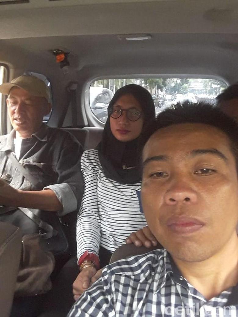 Lelaki Cantik Berjilbab Ini Berhasil Bobol Indekos di Bandung