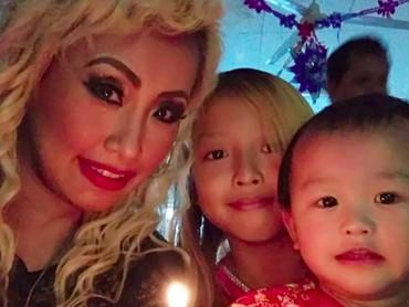 Happy! Pinkan bersama Michele dan Charadalam salah satu acara perayaan Natal. (Foto: Instagram/ @pinkan_mambo)