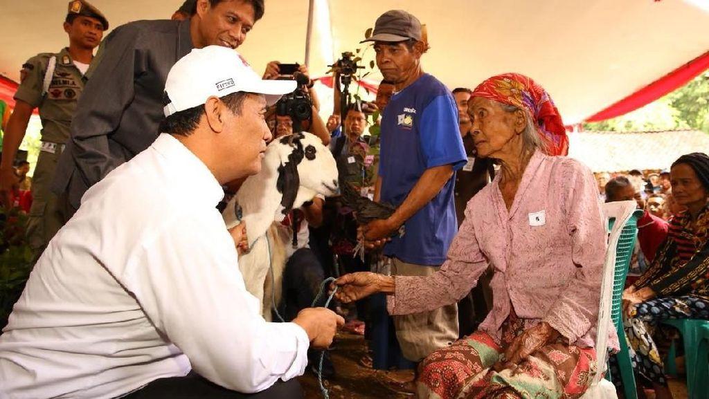 Saat Mentan Beri Bantuan Kambing ke Seorang Nenek di Bondowoso