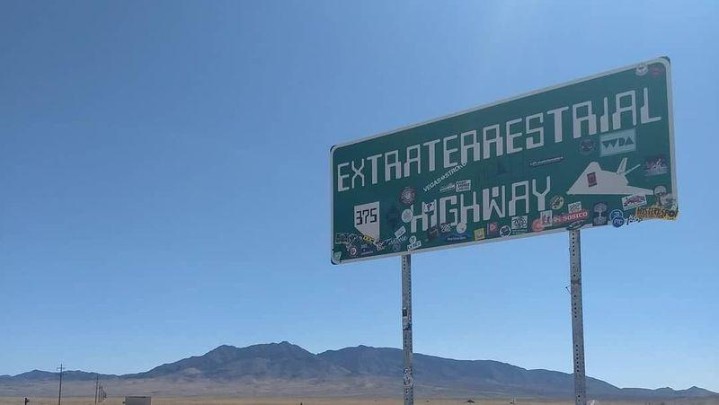 Nevada State Route 375 (SR 375) diberi julukan Extraterrestrial Highway alias Jalan Raya Alien. Lokasinya di dekat Kota Rachel. Jalan raya ini membentang hingga sejauh 158 kilometer (it_will_be_fiine/Instagram)