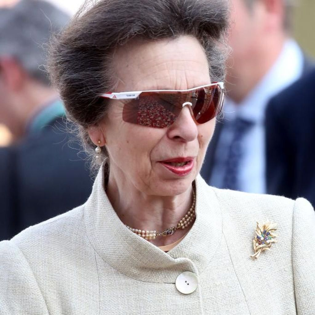 Gaya Keren Putri Ratu Elizabeth, Padukan Kacamata Sporty dengan Baju Elegan