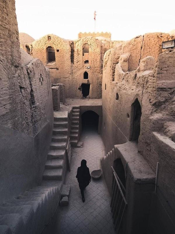Bangunan kuno ini terdiri dari 3 lantai dengan jumlah ruangan sebanyak 450 kamar. (travelgoooals/Instagram)